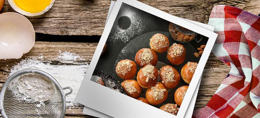 Pączki z masą toffi i prażonymi migdałami, z cukrem pudrem i cukrem waniliowym