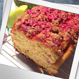 Ciasto drożdżowe z kruszonką, różowym lukrem i malinami liofilizowanymi